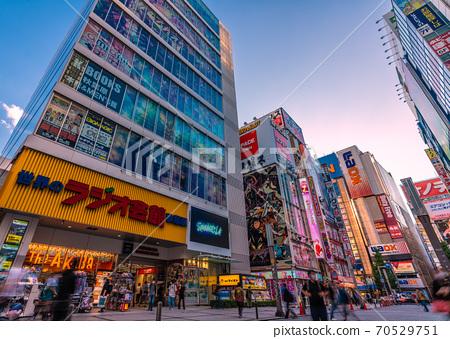 日本電暈秋葉原,東京的東京都市風景。戴著面具的秋葉原車站前行走的人 70529751