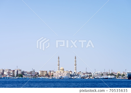 Sea bay with parked speed boats near Hurghada Mosque. 70535635