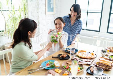 식사와 수다를 즐기는 여성 70543812