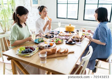 一個女人享受吃飯和聊天 70543853
