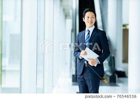 30 대 남성의 비즈니스 이미지 70546536