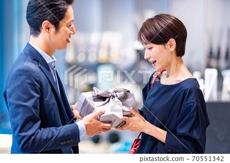 拍攝情侶購物合作:g禮物和生活方式 70551342