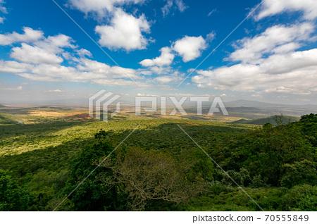 穿越非洲大陸的大提谷(Great Lift Valley)在前往肯尼亞馬賽馬拉國家野生動物保護區的途中 70555849