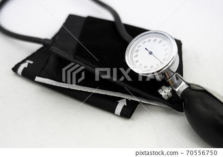 Traditional analog blood pressure meter with manual air pump 70556750