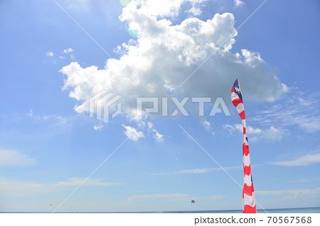 美国在热带海滩上的美国国旗 70567568
