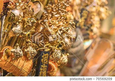 [東京淺草]一隻吉祥人裝飾著一條被烏龜和錘槌包圍的金龍,在鷹神社的公雞市場上出售。 70569209