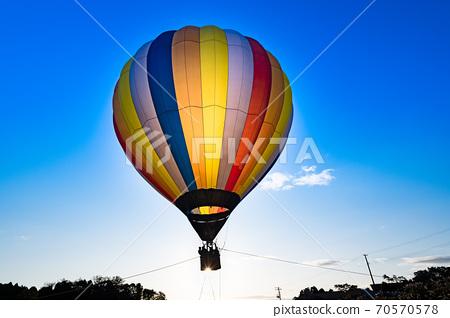 清晨熱氣球停泊在晴朗的天空中 70570578