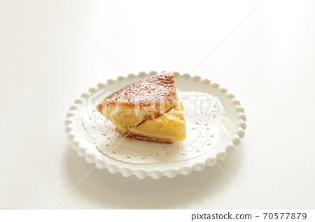 Hand made apple pie 70577879