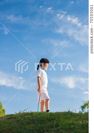 여름 공원에서 줄넘기를 놀고있는 귀여운 아이 70583081