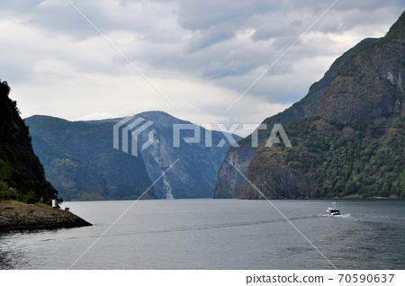 風平浪靜表面的看法從Sognefjord巡航觀光的小船的在Fromm和古德萬根,挪威之間的。 70590637