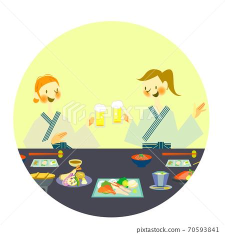 两个女人在浴衣享受日本料理 70593841