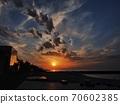從海邊看日落時令人印象深刻的天空 70602385