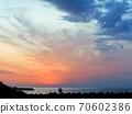 從愛媛和二見海灘看的兩個人在黃昏拍紀念照 70602386