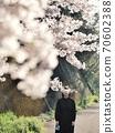 一件相機藏在櫻花盛開的單身女人 70602388