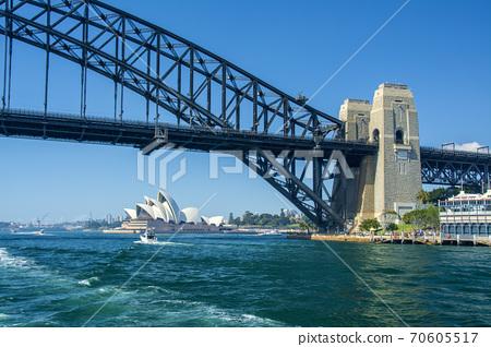 從海上看悉尼海港大橋和歌劇院 70605517