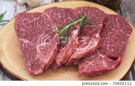 스테이크 구이용 고기 70608112