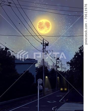 밤하늘 빛나는 달과 어두운 밤길을 달리는 자동차 70613976