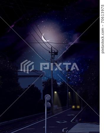 밤하늘 빛나는 달과 어두운 밤길을 달리는 자동차 70613978