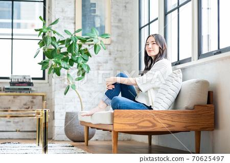 放鬆在客廳的一個少婦 70625497