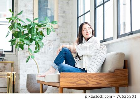 放鬆在客廳的一個少婦 70625501