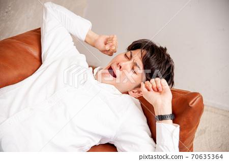睡在沙發上的男人 70635364