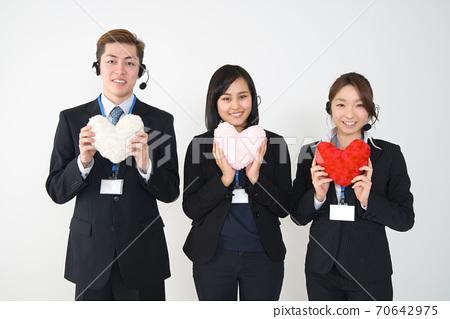 三名年轻的男性和女性操作员穿着西装与心(上半身) 70642975