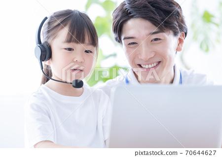 女孩上課,使用一台電腦 70644627