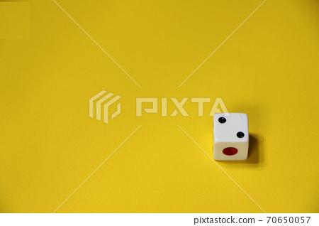 黃色背景右下角的骰子 70650057