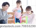 家庭父母和孩子們玩環擲 70650290