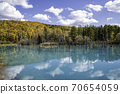 美瑛藍色池塘的秋葉 70654059