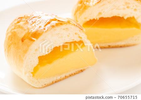 크림 빵의 단면. 70655715