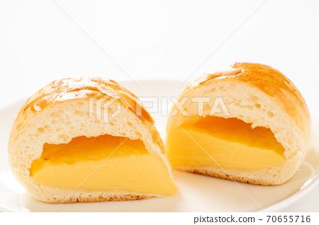 크림 빵의 단면. (白皿 흰색 배경) 70655716