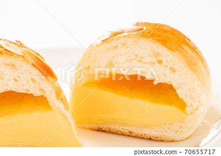 크림 빵의 단면. (白皿 흰색 배경) 70655717