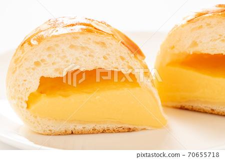 奶油鍋的橫截面。 (白板/白色背景) 70655718
