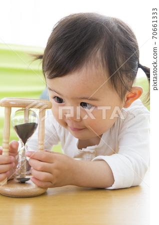 모래에서 노는 아이 70661333