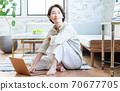 操作计算机的中年女人 70677705