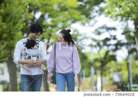 가족 가족 아기 육아 산책 70684028