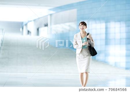 사무실에 출근하는 20 대 여성 70684566