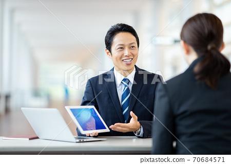 Business scene Men's women's suits 70684571