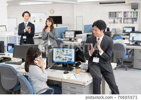 與海外4名上班族舉行網絡會議,他們很高興獲得新合同 70685871