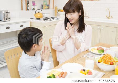 잘 먹겠습니다를하는 부모와 자식 70686373