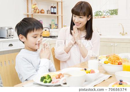 잘 먹겠습니다를하는 부모와 자식 70686374
