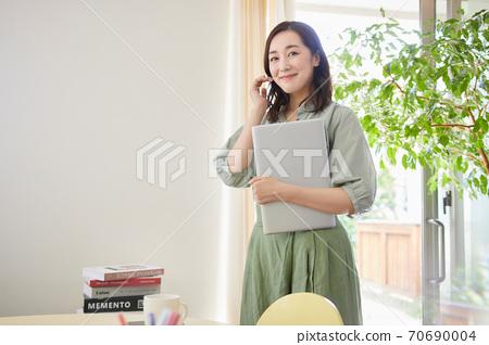一個女人站在客廳裡的電腦 70690004