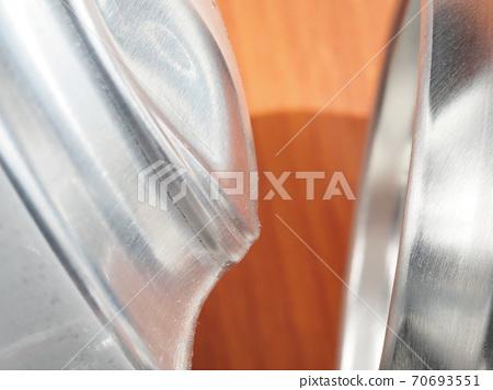 알루미늄 캔 바닥이 파열 전에 부푼 모습 (왼쪽)과 일반 캔 바닥 (오른쪽) 70693551