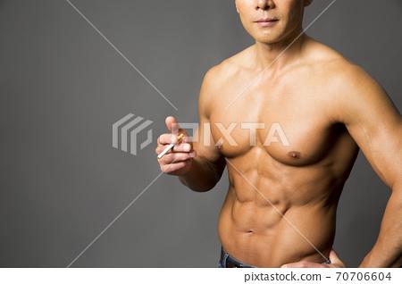 담배를 피우는 남성 70706604