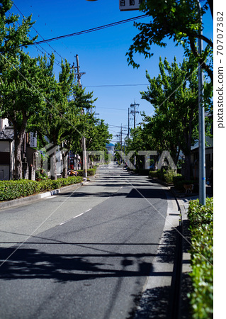 A residential area with a meandering gentle slope, a landscape of the blue sky in the early morning 70707382
