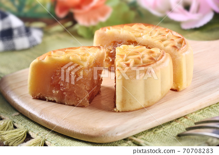 Delicious pineapple moon cake 70708283