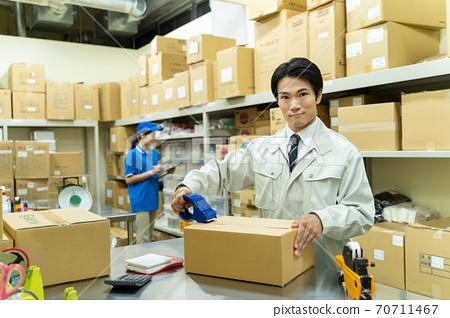 在倉庫里工作的年輕人 70711467