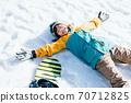 躺在雪地上的女孩 70712825