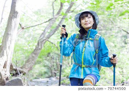 女人徒步旅行 70744500